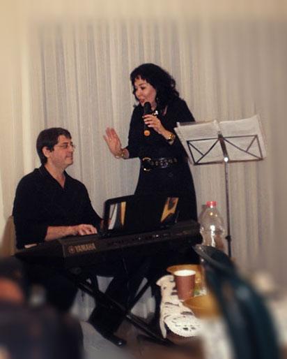 Замечательный музыкант Олег Черток. Его основные инструменты - кларнет и саксофон, но клавишными он владеет безупречно